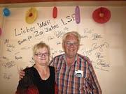 Walter und Trudy Amstutz vor der «Gedenkwand» im LSE-Buffet. (Bild: Kurt Liembd)