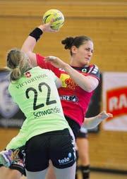 Sponos Noëlle Frey (rechts) versucht, an Zugs Lynn Schwander vorbeizukommen. (Bild Corinne Glanzmann)
