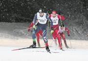 Der Sarner Julian Schumacher (vorne) bestimmt im Männerfinal die Pace. (Bild: Max Kraut (Engelberg, 21. Februar 2018))