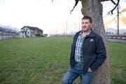 Bauer Hans Arnold auf seinem Land im Rynächt. (Bild: Corinne Glanzmann / Neue UZ)