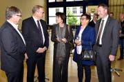Die Regierungsräte Josef Niederberger (links), Alfred Bossard (2. v. l.) und Othmar Filliger (rechts) sowie Gemeindepräsidentin Helene Spiess (2. v. r.) im Gespräch mit Bundesrätin Doris Leuthard. (Bild Romano Cuonz)