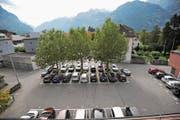 Altdorf will den Gemeindehausplatz umgestalten. Es sollen weniger oberirdische, dafür zusätzliche unterirdische Parkplätze in der geplanten gemeindeeigenen Tiefgarage zur Verfügung gestellt werden. (Bild: Urs Hanhart (Altdorf, 28. September 2017))