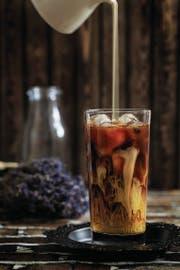 Cooler geht's nicht mehr: Cold-Brew-Kaffee ist diesen Sommer das In-Getränk . (Bild: Getty)