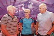 Noldi Ehrensberger (63, links), Sonia Kälin (32) und Harry Knüsel (56) trafen sich am Freitagabend zu einem Schwingertalk. (Bild: Richard Greuter (Alpnach, 30. Juni 2017))