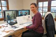 Carmen Kiser bereitet sich auf ihre Eröffnungsausstellung vor. Sie will etwa dem Künstler Rochus Lussi (auf den Bildschirmen zu sehen) ein «Schaufenster» widmen. (Bild: Romano Cuonz (Sachseln, 23. Januar 2018))