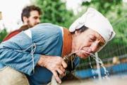 Die langen Fussmärsche machen durstig: Marie-Therese Zgraggen gönnt sich einen Schluck Wasser. (Bilder: Thomas Züger/SRF (Basel, 24. Juli 2017))