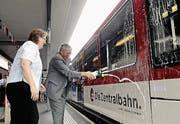 Beatrice Richard-Ruf und Ferdinand Keiser taufen den neuen Zug auf den Namen Brisen. (Bild: Corinne Glanzmann / Archiv)