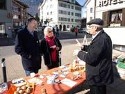 Annette Amstad (77) fühlt Othmar Filliger (links) und Alois Bissig auf den Zahn. (Bild Kurt Liembd)