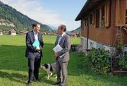 Markus Lips von der Forschungsanstalt Agroscope mit Volkswirtschaftsdirektor Niklaus Bleiker (rechts) in Lungern. (Bild Philipp Unterschütz)