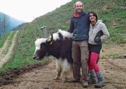 Sergio Casini und Sarah Priti Casini mit einem ihrer Yaks. (Bild: PD)