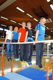 Die Preisträger posieren auf dem Barren (von links): Harald Müller, Karin Odermatt, Jürg Kafader, Karin Langensand und Roland Bucher. (Bild Markus von Rotz)