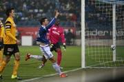 Sein erster Saisontreffer war in Entstehung und Vollendung ein schöner: Remo Freuler jubelt den Fans zu, YB-Goalie Mvogo steht der Verdruss über dieses 3:0 ins Gesicht geschrieben. (Bild: Philipp Schmidli / Neue LZ)