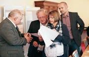 Marcel Jöri, Präsident Bruno von Rotz, Monika Brunner und Adrian Haueter (v. l.) analysieren Wahlresultate. (Bild: Roger Zbinden (Sarnen, 4. März 2018))