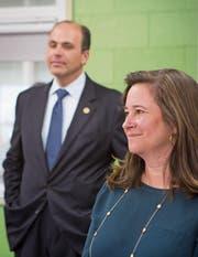 Amtsinhaber David Yancey und Herausforderin Shelly Simonds bei einem Schulbesuch in Newport News. (Bild: Julia Rendleman/Getty (28. November 2017))