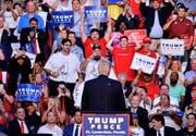 Der republikanische Präsidentschaftskandidat Donald Trump begrüsst am vergangenen Mittwoch das Publikum in Sunrise, Florida. (Bild: WireImage/Johnny Louis)