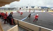 Das neue Spielfeld der Oberwil Rebells (in Schwarz, im NLA-Spiel gegen Bettlach) genügt internationalen Ansprüchen. Bild: Werner Schelbert (Zug, 2. Oktober 2016)