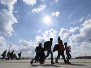 Ein permanenter Verteilschlüssel soll dereinst für alle Dublin-Mitgliedstaaten gelten - im Bild Flüchtlinge beim Eintreffen in Österreich. (Bild: KEYSTONE/EPA APA/HELMUT FOHRINGER)