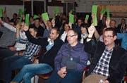 Die Delegierten der Raiffeisenbank Vierwaldstättersee-Süd geben grünes Licht für die Fusion. Bild: Kurt Liembd (Beckenried, 13. März 2017)