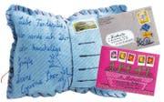 Flach wäre es dem Pöstler lieber, doch diesen Brief musst du nicht unters Kopfkissen legen für schöne Träume. Briefmarken sind Teil des Kunstwerks. (Bild: Gerstenberg-Verlag)