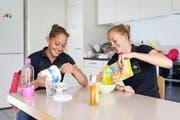 Die Baarerin Patricia Merz (links) und und die Romande Frédérique Rol stärken sich mit einem Müesli in der Küche des Ruderzentrums in Sarnen. (Bild Philipp Schmidli)