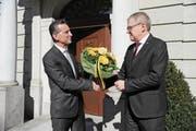 Der amtierende Landammann Beat Jörg (links) gratuliert Urban Camenzind zur Wahl zum Landesstatthalter. (Bild: Urs Hanhart (Altdorf, 4. März 2018))