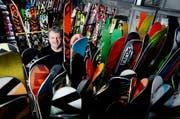 Ski sind sein Leben: Rolf Hager ist heute in Baar Werkstattleiter bei Völkl. (Bild Stefan Kaiser)