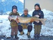 Sepp Müller präsentiert zusammen mit seinen Neffen Jann und Luca (rechts) seinen Riesenhecht. (Bild: PD)