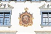 Die eindrucksvolle Fassadenmalerei am Haus Neugasse 26 geht angesichts des Verkehrs ein wenig unter (Bild: Maria Schmid / Neue ZZ)