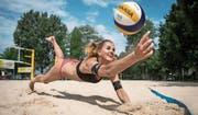 Der Spass am Beachvolleyball steht der 17-jährigen Esmée Böbner aus Hasle förmlich ins Gesicht geschrieben. (Bild: Boris Bürgisser (Luzern, 23. Juni 2017))