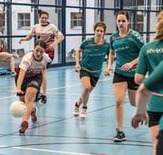 Astrid Kaeser (am Ball) führte den STV Wolfenschiessen gegen Willisau zum knappen 4:3-Sieg. (Bild: Nadia Schärli (Luzern, 24. Februar 2018))