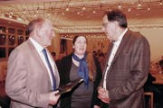 Andreas Rösli, Präsident TCS-Untersektion Nidwalden, im Gespräch mit dem neuen Vorstandsmitglied Yvette Schlumpf und Peter Schilliger, Präsident TCS-Sektion Waldstätte (von links). (Bild: Richard Greuter (Hergiswil, 21. März 2018))