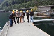 Mit Vorschlaghämmern bringen die Verantwortlichen das Hafenprojekt auf den Weg. (Bild Martin Uebelhart)