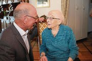 Der Sachsler Gemeindepräsident Peter Rohrer gratuliert Margrith Omlin-Rohrer zum 105. Geburtstag. (Bild: Marion Wannemacher (Sachseln, 20. Februar 2017))