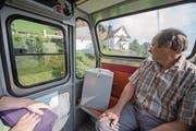 Sepp Gisler ist unterwegs mit der Stimmurne von Wiesenberg ins Tal. (Bild: Urs Flüeler/Keystone (24. September 2017))