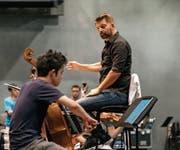 Matthias Pintscher bei einer Probe mit der Lucerne Festival Academy. (Bild: Stefan Deuber/Lucerne Festival (30. August 2017))