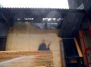 Das Feuer hatte sich an einer Stelle durchs Dach gefressen. (Bild: Kapo Schwyz)