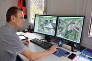 Ruedi Baumann beobachtet hoch konzentriert, wie sich der Verkehr in der Schöllenen entwickelt. (Bild Bruno Arnold)