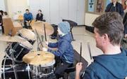 Unter der Anleitung des Musiklehrers versucht Jan Amrhein die ersten Takte auf dem Schlagzeug zu schlagen. (Bild: GW (Altdorf, 17. März 2018))