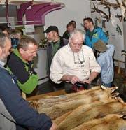 Links: Das Interesse an der Trophäenschau ist bei allen Altersgruppen gross; rechts: Beim Pelzfellmarkt wird immer wieder um gute Preise gekämpft. (Bilder: Archiv Urner Zeitung)