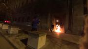 """Die Tür des FSB- (früher KGB-) Gebäudes am Lubjanka-Platz in Moskau ist Opfer eines """"künstlerischen"""" Brandanschlag geworden. (Bild: Screenshot / luzernerzeitung.ch)"""