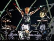 """Scorpions-Drummer James Kottak stimmt in Paris die """"Marseillaise"""" an. (Bild: /EPA/ETIENNE LAURENT)"""