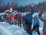 Janik Riebli wird dank lautstarker Unterstützung beim Prolog ins Ziel getragen, Vater Adrian (rechts im Bild) fiebert mit. (Bild: Roland Bösch (Goms, 28. Januar 2018))