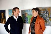 Doris Hurni als Initiantin und der Kulturbeauftragte Christian Sidler freuen sich über die Ausstellung «Rund um Franz». Im Hintergrund Bilder von Franz Hurni. (Bild Romano Cuonz)
