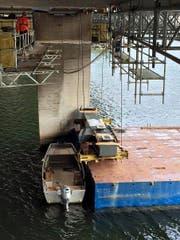 Der fast 8 Meter lange Stahlträger wird von einem Ponton aus unter die Brücke gezogen. (Bild: PD)