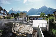 Die Kirchwegbrücke wurde im Rahmen des Hochwasserschutzes komplett neu erstellt. Gestern wurde der Abschluss der Arbeiten gefeiert. (Bild: Urs Hanhart (Sisikon, 16. Mai 2017))
