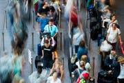 Reisende warten an der Gepäckabgabe am Flughafen Zürich Kloten. (Bild: Keystone)