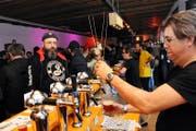 Martin Achermann (rechts) von der noch jungen Brauerei Zweierli schenkt einem Biertag-Besucher eine Kostprobe seines Gerstensaftes ein.Bild: Oliver Mattmann