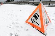 Der Schnee führte auf Urner Strassen für Unfälle. (Bild: Keystone/Laurent Gillieron)