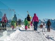 Ab auf die Ski: Um mehr Gäste auf die Pisten zu bringen, werden Saisonabos im Vorverkauf immer billiger. Erste Erfahrungen zeigen, dass die Rechnung für einzelne Bahnen aufgeht. (Bild: Leo Duperrex/Keystone (Crans-Montana, 6. Januar 2017))