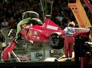 The damaged Ferrari of Germany's Michael Schumacher is lifted onto a flat bed truck, after he crashed into a tyre wall on the first lap at Stowe corner, during the British Grand Prix at Silverstone, England Sunday July 11, 1999. (KEYSTONE/AP Photo/Max Nash) (Bild: Max Nash / AP / Keystone (Silverstone, 11. Juli 1999))